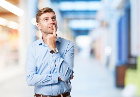 Hombre pensando en momentos para no leer el tarot