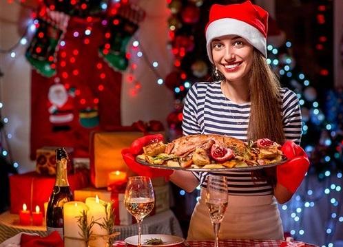 Chica con bandeja en navidad