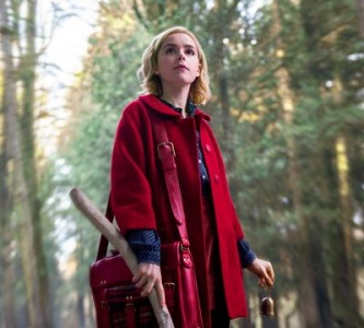 Joven bruja perdida en bosque