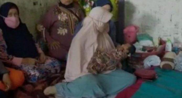 Ráfaga de viento embaraza a mujer